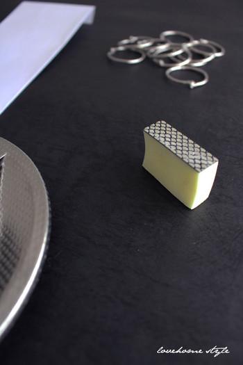 この方法でも落ちない頑固な水垢は、お風呂の鏡専用のうろこ落としを使用します。人工ダイアモンド配合のものや、布のタイプなど様々。100圴にも売っているので、ぜひ試してみて。