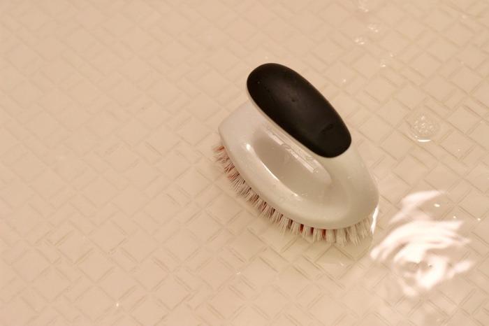 一つ目の方法として、重曹を使った方法をご紹介します。まずは床に重曹を撒きます。もったいないと思うくらい、床一面に思い切ってまいてください。その後クエン酸スプレーを一面にかけると泡が発生するので、キッチンペーパーを貼り付けさらに上からスプレー。ラップでパックをしたら1時間放置します。ブラシで擦りながらシャワーでながすと、黒ずみがとれてスッキリ綺麗な床になりますよ。