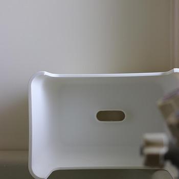 鏡や蛇口、床や壁など必ずお風呂に残るのが水垢。水のミネラル分が結晶化することで水垢ができ、さらに石鹸やシャンプーなどの成分が加わることで、余計に落ちづらくなります。この水垢は【アルカリ性】の汚れ。ですので、酸性の洗剤で落としていきましょう!