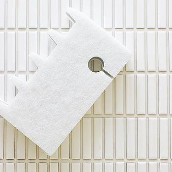 お風呂場のフタには独特の溝がついているものが多いですよね。そんなフタは、お風呂場のフタ専用のブラシを使うのがおすすめ。さらに、蛇腹になっているブラシなら溝に入り込んで、汚れをかき出してくれますよ。水垢が目立つ場合には、鏡の汚れを落とすようにクエン酸スプレーを使ってみても。