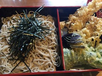 喉越しのよいそばと揚げたてサクサクの大きな天ぷらが味わえる天ざるは、デザートにくず餅も付いてきてボリューム満点。