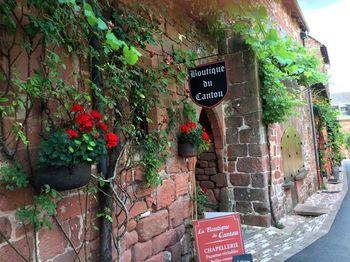 リヨンの北西にあるコロンジュ・ラ・ルージュ村は名前に『ルージュ(赤)』と入っているように地元産の溶岩でできた赤いレンガ作りの家屋が美しい村です。お家だけでなくレストランやカフェなども昔の建物をそのまま使っているので、ぶらぶらと町歩きをするだけで隠れ家的なカフェを見つけたり嬉しい発見があるかもしれません。