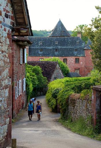 フランスに『フランスの最も美しい村』という協会があるのをご存知ですか。パリなどの大都市だけでなく地方の田舎町への観光誘致のために設立された協会です。その協会本部、そしてその第一号として活動を始めたのがコロンジュ・ラ・ルージュ村。