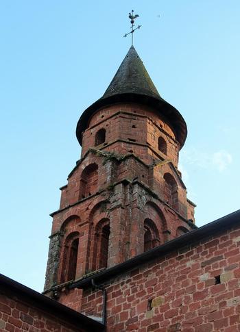 サン・ピエール教会はロマネスク様式の教会。コロンジュ・ラ・ルージュのシンボル的存在です。ここもやっぱり赤いレンガが美しいですね。