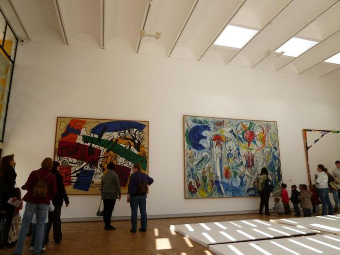 現代アートがお好きな方もそうでない方もおすすめなのがマーグ財団美術館。マーク・シャガールの絵も多数展示されており『本物』を目に焼き付けるチャンス。普段なかなかアートに触れ合う機会がない方も旅先であればじっくり鑑賞できるはず。