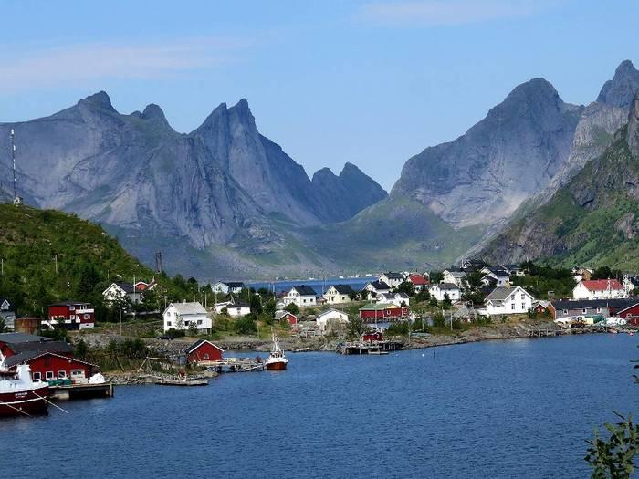 ノルウェーと聞くとオーロラやフィヨルドなど自然いっぱいのイメージがありますよね。そんな自然豊かな場所にも小さなかわいらしいレーヌ村があり、ノルウェー最大の雑誌「Allers」で「ノルウェーで最も美しい村」にも選ばれたことがあるそうです。またトラベル雑誌の表紙にもなったことがあるそうですよ。