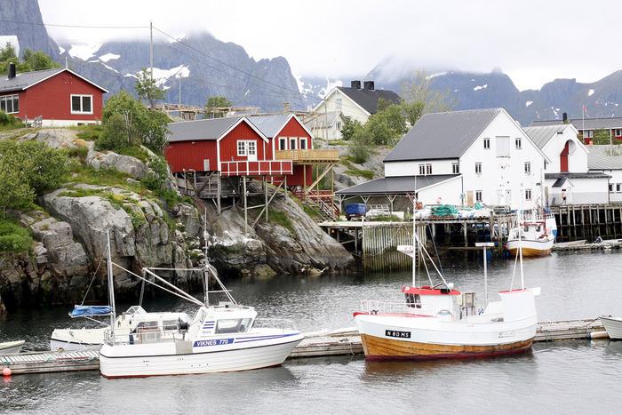人口は350人にも満たないこじんまりとした漁村ですが、美しい自然と融合した村を一目見ようと毎年数千人の観光客が訪れるそうです。ノルウェーの北部にあるので夏には白夜が体験できたり冬にはオーロラも楽しめます。
