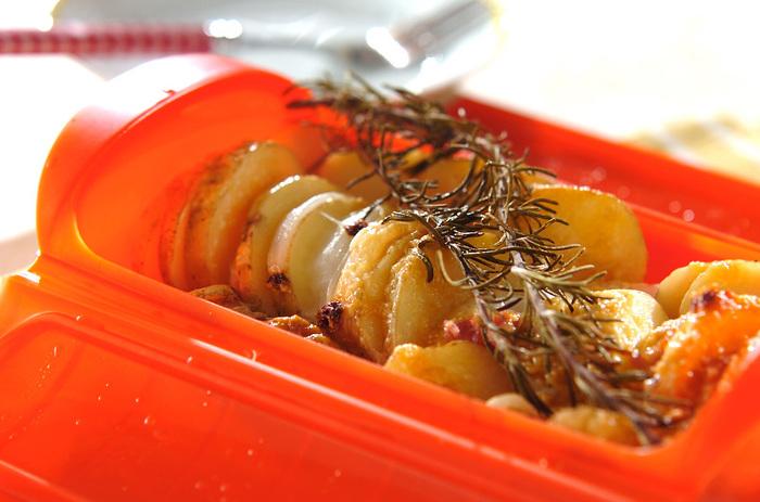 簡単にできてお洒落に見える一品。素材の味とローズマリーの香りが楽しめる一皿です。おつまみにも、夕食のメニューにも。
