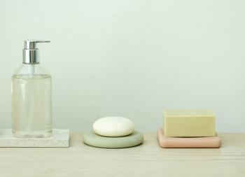 肌質に合わせた洗顔料選びも大切です。肌がつっぱったりオイリーになりすぎないように、自分の肌にぴったりの洗顔料を選びましょう。