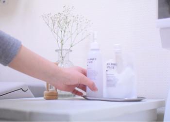 肌に残った余計な皮脂・油分・角質をきれいに洗い流し、化粧水を浸透しやすくすることが洗顔の目的です。でも、洗いすぎや刺激の強い洗い方は厳禁。  まずはしっかりと泡立てたふわふわの泡で、優しい力加減で洗うこと。肌が動かない程度に優しく弱く、泡をクッションにして洗いましょう。