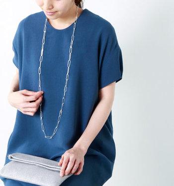 例えば、ブルーなど寒色系と合わせるとキリリと引き締まったスタイリングになります。