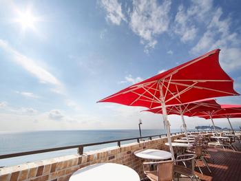 七里ヶ浜の海をパノラマで見渡すことが出来る「イタリアン アマルフィイデラセーラ(AMALFI Della Sera)」。場所は、江ノ電・七里ヶ浜駅から徒歩約5分の所にあります。開放感のあるテラス席から、美しいオーシャンビューが眺められるレストランとして人気を集めています。