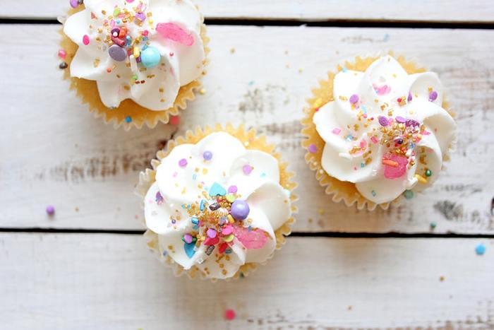 カップケーキは、お手軽で見た目もかわいくデコレーションできるのでおすすめ。お花の色と合わせたデコレーションにしたり、カップケーキスタンドを使った高さを出した飾り方も子供達にとても人気です。
