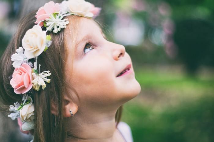 女の子なら誰もが憧れて、喜ぶ花かんむり。大好きなお花をかんむりにして頭に乗せてあげるだけで、プリンセス感のある装いに仕上がります。