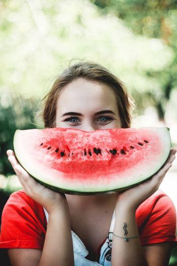 「このままの自分でいいんだ」と思えるようになれば、気持ちもグッと楽になって、萎縮せずに過ごせるようになります。人と接する時も気負わずに済むので、自然と表情も笑顔に。ニコニコしている自分をもっと好きになるという好循環が生まれます。