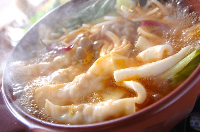 牛スープにエビの入った水餃子を入れて作ったエスニック鍋。レモングラスが入っているので、ふと鼻を抜ける香りがとても爽やかです。お砂糖を入れることで、味のバランスが抜群に良くなります。