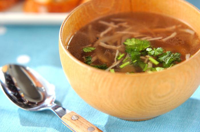 ゴボウとベーコンで食べごたえを出したスープにはナンプラーを垂らして、エスニックな雰囲気を高めて。黒コショウを多めにふると大人の味わいになります。