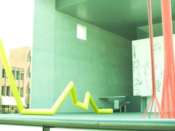 丸亀市ゆかりの画家・猪熊弦一郎の協力により1991年に開館したこの美術館は、猪熊作品をはじめ、市民の芸術文化の振興を目的に、現代美術を中心とした特別展示などが開催されています。「MIMOCA(ミモカ)」の愛称で、市民に親しまれている美術館です。