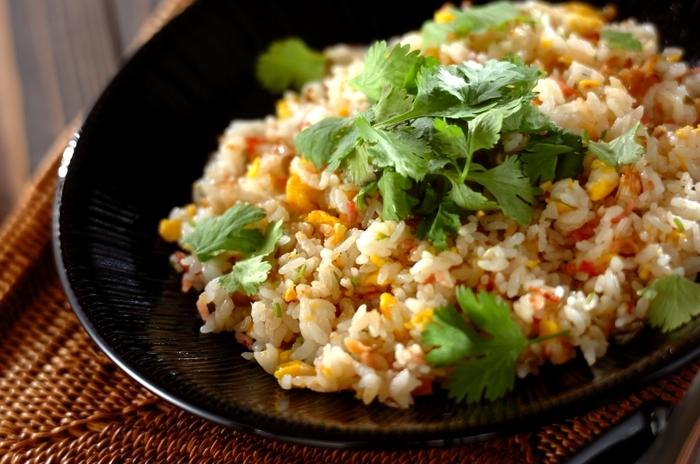 あり合わせの材料でもパクチーとナンプラーをプラスするとあっという間にエスニックな雰囲気のチャーハンになります。自家製パクチーがあれば、お休みの日のお昼ご飯もお店仕様にアレンジできますね。