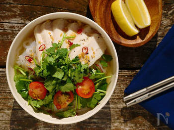 サラダチキンを使って作る、10分で出来上がってしまうという簡単レシピのフォーです。カットしたパクチーのグリーンとミニトマトの赤が鮮やかで食欲をそそります。