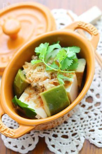 濃厚なアボカド漬けにさっぱりとした豆腐を合わせた夏らしいひと皿です。かつお節とパクチーの豊かな風味で、旨みたっぷりなんですよ。