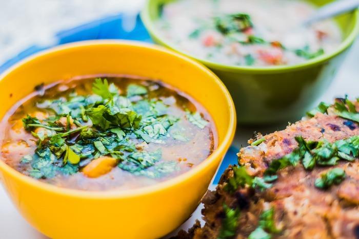 パクチーは生でも煮ても炒めても美味しくいただける万能野菜。フレッシュな葉の状態でいただくのはもちろんのこと、油と合わせることでパクチーの栄養素が油に溶けだして、効果的に栄養を摂取できるようになります。また、スープなどにすると汁に栄養素が溶けだし、簡単に美味しくまるごとのパクチーを味わうことができます。