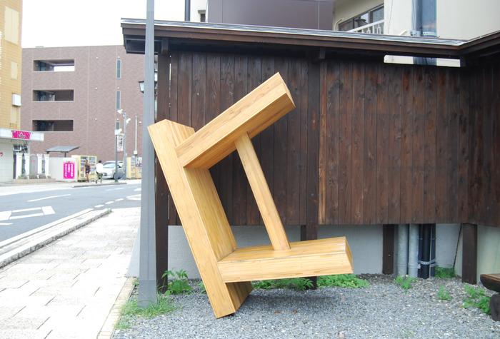 これはベンチのある休憩所の塀に立てかけられた、巨大な風呂椅子。その名も「傾いた風呂椅子」という作品で、現代美術家の久村 卓さんによるもの。普段何気なく使われている風呂椅子を見つめ直すべく、作られた作品だそうです。