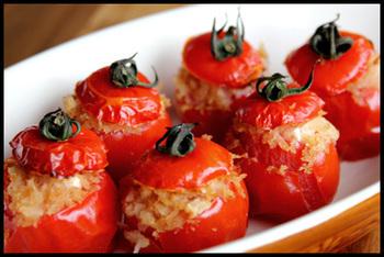 お家バルの前菜としても◎ ひと口サイズのスタッフドミニトマト。くりぬいたミニトマトに生ハムやカッテージチーズを入れて、パン粉をかけて焼くだけの簡単レシピ。生のままでもいただけますが、焼くとしわっとした独特の食感を楽しめます。