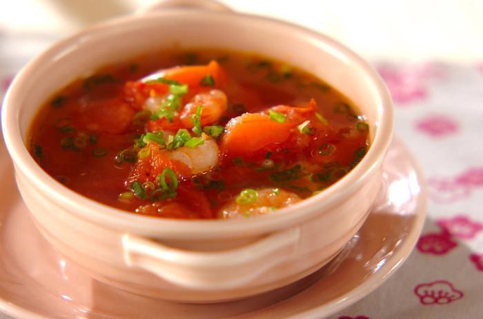 プリップリのエビ、トマトの酸味を楽しめるスープレシピ。スープで味わうことで、トマト出汁までしっかりといただけます。豆板醤で、コクと旨味がグンとアップ。疲れた日の夜食としてもおすすめです。