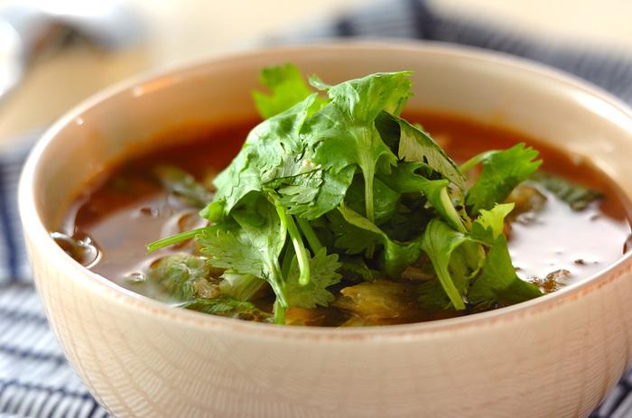 コチュジャンと味噌を使った辛みが美味しいスープには、パクチーを添えて爽やかさをプラス。レタスにホタテ、春雨と小松菜も入ってボリュームも満点です。