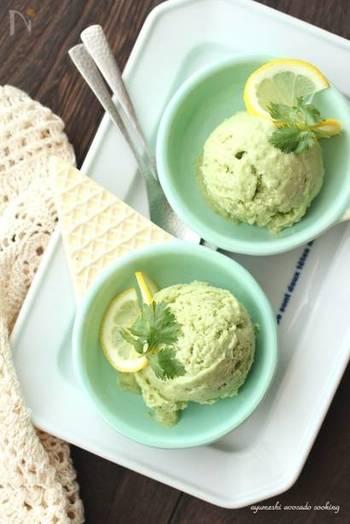 アボカド、豆乳、パクチーとレモンという体に良い素材をこれでもかと使ったやさしい甘さのアイスクリームです。レモンスライスとパクチーをトッピングしてお洒落な印象をプラス。