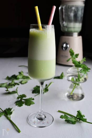 ヨーグルトと牛乳を一緒にミキサーで攪拌して作ったパクチーラッシーは、カレーによく合うお味です。ラム酒をプラスして大人のデザートカクテルにもアレンジできるそうです。パクチーの量を加減すると、色味の変化も楽しめますね。