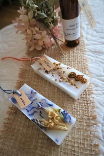 ミツロウやソイワックスなどをベースにアロマオイルで香りをつけ、ドライフラワーやハーブ、ブリザーブドフラワーなどで飾るボタニカルなプレートタイプのサシェです。