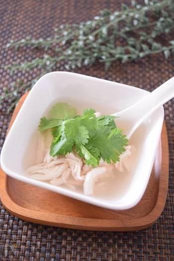 レモングラスと長ネギ、生姜、パクチーを入れたさっぱりとしたチキンスープです。暑くて食欲がないときに、タンパク質をしっかり摂ることができるスープはおすすめです。