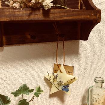 置いたり吊るしたり、アロマワックスサシェの使い方、楽しみ方はさまざま。玄関やトイレ、クローゼットなど…香るだけでなくインテリアとしても存在感を放ちます。