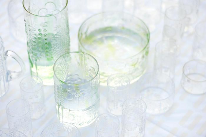 光が透けるととてもきれいな飾り模様のあるガラスの器。 緑を生き生き見せてくれて、マザーリーフの可愛らしい姿が引き立つこと間違いなしです。