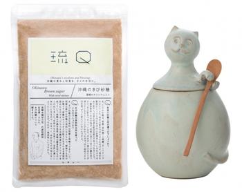 口当たりがまろやかでさらりと上品な『きび砂糖』。沖縄のサトウキビから作られたきび砂糖は、沖縄では昔から親しまれている砂糖です。いつもの料理にプラスするだけで、まろやかに広がる甘さが深い味わいを生み出してくれます。むちんで作られた山猫の焼き物もセットになっています。