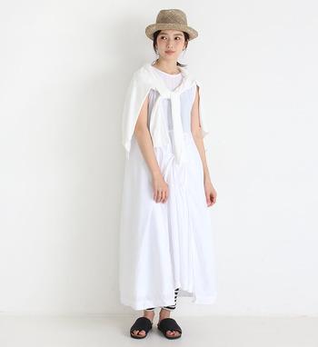結び方次第で、様々な着こなしが楽しめるワンピース。コットン100%の洗いざらしのような爽やかな風合いが素敵。アイロンなしでさらりと可愛く着られます。