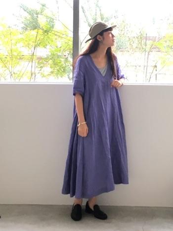 きれいなラベンダー色が印象的なリネンワンピース。アイロンいらずで一枚で心地よく着られるのがうれしいですね。グレーのインナーと合わせたナチュラルな着こなし。