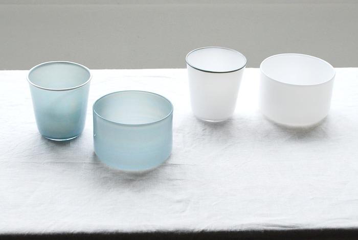 ニュアンスの感じられる色味の器にそっと浮かべるのも素敵。 きれいなブルーや温もりのある白にマザーリーフをそっと浮かべて。