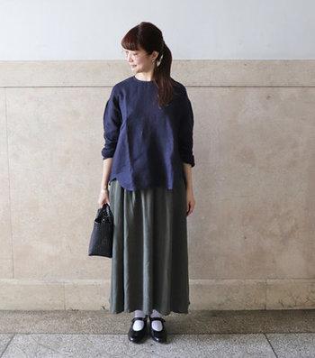 たっぷりとギャザーが入ったロングスカートを合わせたちょっぴりレトロなコーディネート。ネイビー×グレーの上品なコンビネーションはぜひ参考にしてみて。合わせるボトムスを選ばない絶妙な丈感もうれしい!