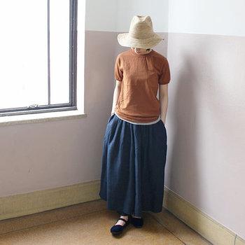 パンツにボリュームがあるので、シンプル&コンパクトなTシャツを合わせただけでもこなれ感ある着こなしに。ストローハットとストラップシューズでフェミニンに仕上げています。