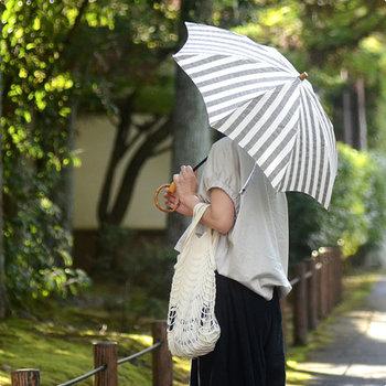 リネン生地に紫外線防止加工を施した機能的かつ、デザイン性にも優れた日傘。シンプルなボーダー柄は爽やかで、どことなく品の良さも漂います。タウンユースとしてはもちろん、リゾートにもぴったりです。