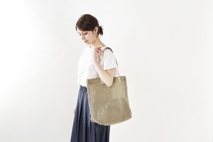 メッシュデザインのリネンバッグは、まさに暑い夏にぴったり。シンプルなデザインなのでナチュラルな装いはもちろん、ちょっぴりキレイめなコーデにも似合います。A4サイズもラクラク入る大きさで、普段使いからレジャーまで大活躍◎。