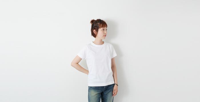 シンプルな白Tは、下着選びに気を付けたいもの。 レーシーなデザインのものではなく、つるんとシンプルなデザインが外に響かずきれいに着られます。