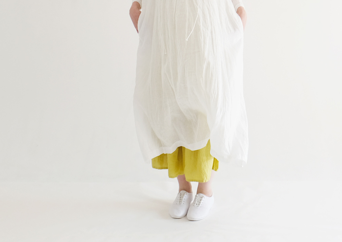 夏の薄い素材感のアイテムはどうしてもシワになりやすく、アイロンなしではのりきれませんよね。 でも洗濯物が増える夏は、なるべく着やすい服でおしゃれを楽しみたいもの。 そんな人には、ナチュラルな素材感が心地よく、尚且つ『ノーアイロン』で楽しめる大人服をお勧めします。