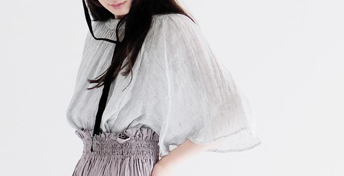 アイロンがけを気にせず、洗いざらしのシワも素敵な風合いにしてくれる大人服。 シャリシャリ心地よく、洗濯し終わったらそのままぱっと着られるのはうれしいですよね。 この夏はアイロンいらずの服で、気持ちよく過ごしましょう。