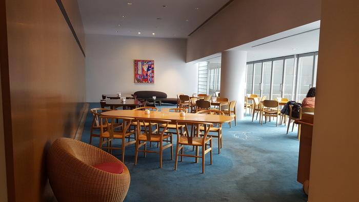 併設のカフェレスト「MIMOCA」も、家具やインテリアにイサムノグチなど猪熊弦一郎ゆかりの作家作品を使用し、おしゃれで居心地の良い空間として人気です。ミュージアムショップもアーティスティックなオリジナル商品が約200種類も揃いますよ。
