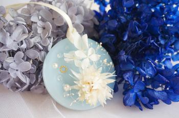 淡いブルーに白の花という組み合わせなら、冬のイメージにも、涼しげで夏のイメージにも合います。パールやゴールドをあしらって結婚式のプチギフトや、サムシングブルーとして花嫁さんへプレゼントするのも素敵♪