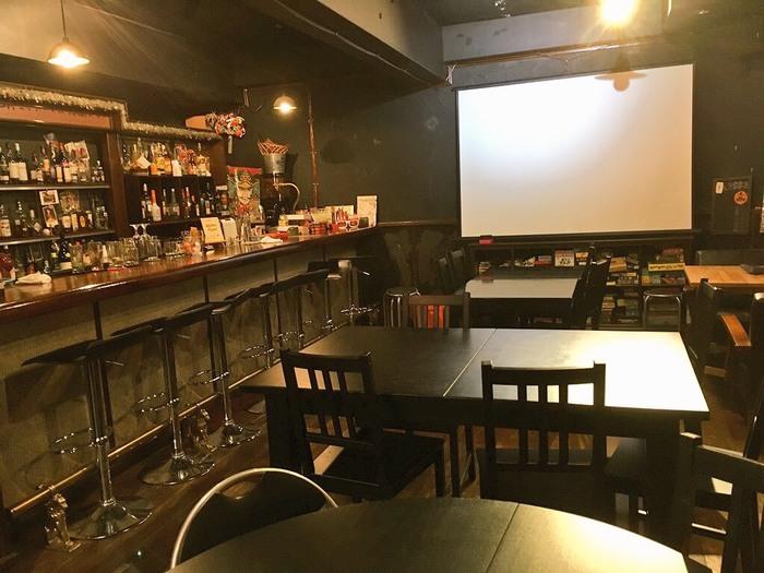 さて、このお店のもう一つの魅力、お酒・お食事・バーについてもご紹介します。シックな雰囲気の店内には、様々なお酒がたくさん。仕事帰りに、カウンターで聞き上手なマスターとおしゃべりしながらホッと一息…なんて過ごし方もできますよ。